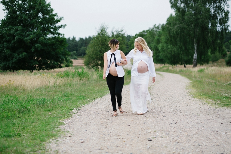 Zwillingsbauch, Shooting in der Lüneburger Heide, lässige Schwangere, Freundinnen Shooting, Babybauch im Doppelpack