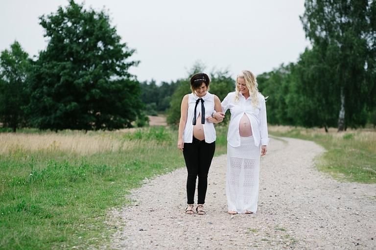 Zwillingsbauch, Shooting in der Lüneburger Heide, lässige Schwangere, schwanger im Doppelpack