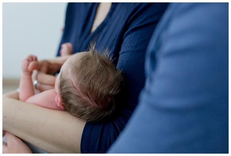 Baby auf dem Arm von Mama, Babyhaare.jpg