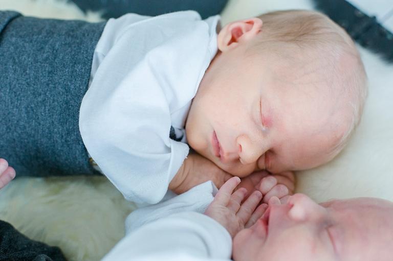 Baby , Zwillinge, süsses Doppelpack, doppeltes Glück, Zwillingsshooting, graue Hose, Jana Richter Fotografie Buchholz Nordheide - Jana Richter Fotografie